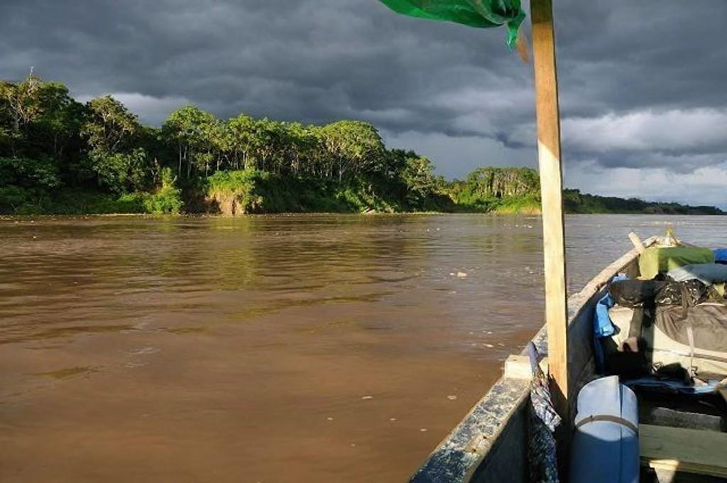 Ekspedisjonen følger «kjølvannet» til Francisco de Orellana som var den første som seilte ned Amazonaselven i hele sin lengde i 1541 og 1542. Sølve H. Paulsen og Joel Gillberg fra Oslo har møtt på mange utfordringer underveis, og har ved tre anledninger fryktet for livet.