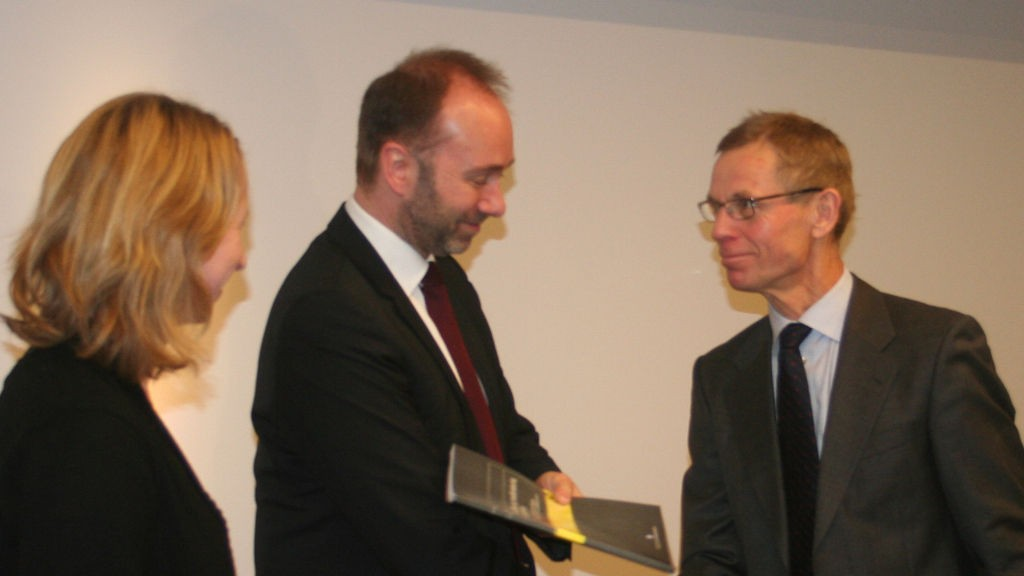Gudmund Knudsen fra BA-HR overlever forslaget sitt til Trond Giske, næringsminister.