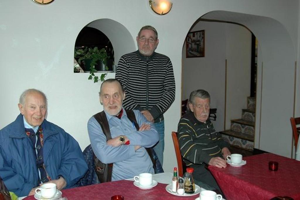 Arne Johansen (fra venstre) er 86 år og har bodd på Tøyen i 60 av dem. Her ved stambordet på Hagestuen Kafé, med Arne Gulbrandsen og Per Erik Lund. Bak står Åge Linderoth. De er alle enige om at det blir utrygt på senteret når butikker forsvinner og narkomane ødelegger miljøet. Særlig de eldre kan føle seg truet.