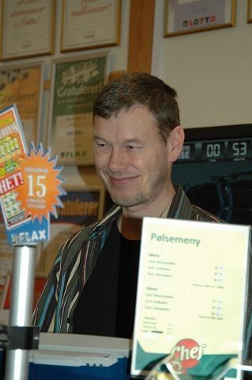Tor Andreassen som driver Tøyen kiosk er opptatt av at senteret skal beholde sitt særpreg, men at det er nødvendig med mer balanse i brukergruppene enn i dag. KLIKK PÅ BILDET FOR Å SE NESTE BILDE