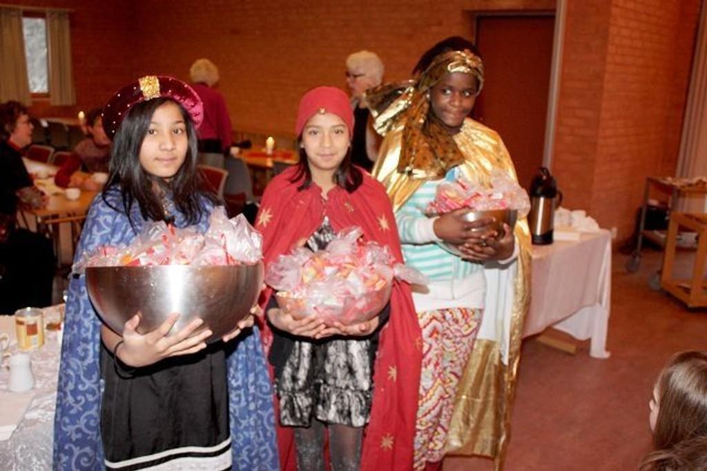 De hellige tre konger var gavemilde mot Jesu-barnet. På juletrefesten i Holmlia kirke søndag kom deres etterkommere med godterier til alle barna. Sara Masseih, Ina Bårdgard og Claumel Kopinga hadde fulle gaveboller.