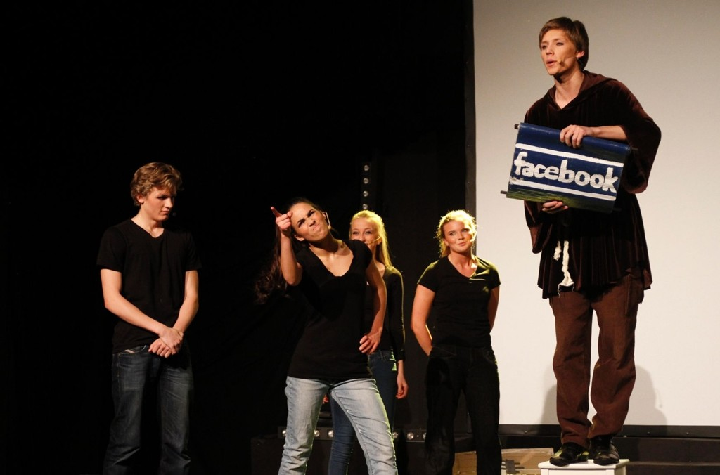 Catharina Stoltenberg spiller brått seg selv litt, når hun stusser over Jens Stoltenberg sine oppdateringer på Facebook.