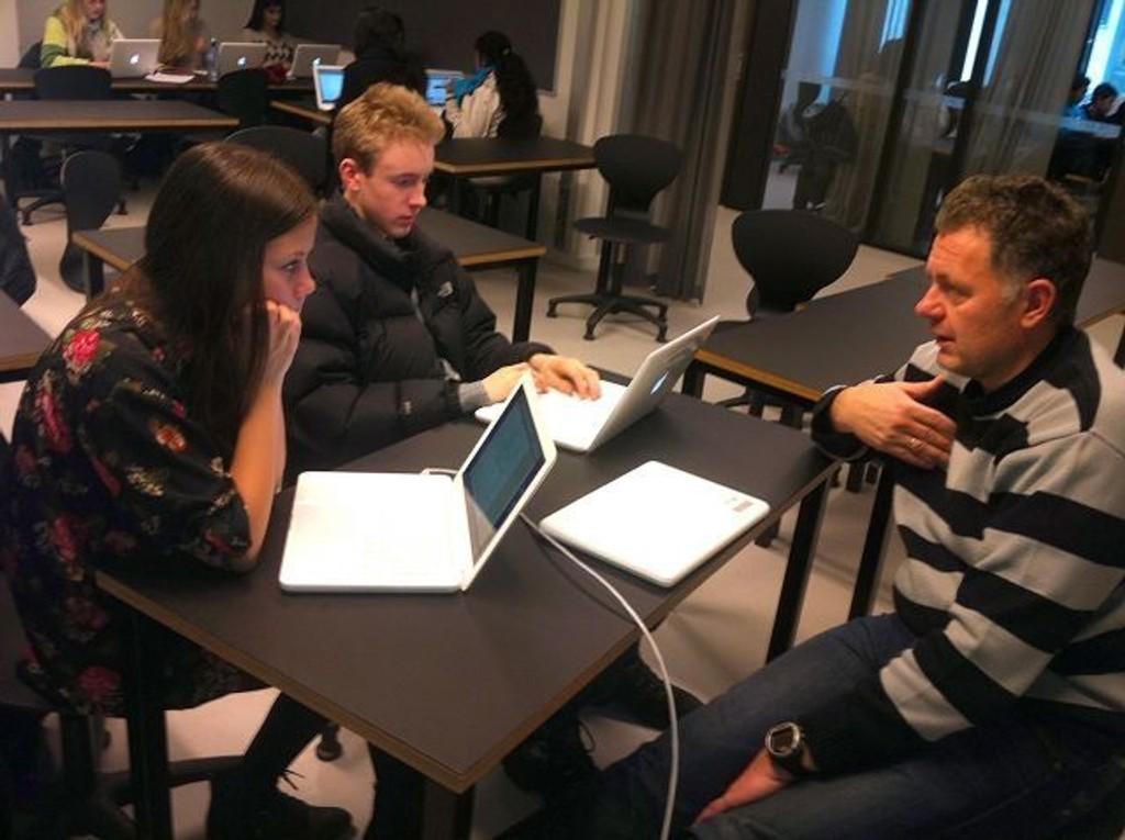 Elever fra 10. trinn på Fyrstikkalleen skole får veiledning i å skrive nyhetsartikler av redaktør Gunnar Stavrum fra Nettavisen.
