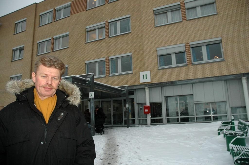 Are Saastad Fagforbundet står foran Aker sykehus som fortsatt er i nesten full drift, til tross for at groruddølene nå sogner til Ahus. Han frykter framtida for Aker kan bli privat.