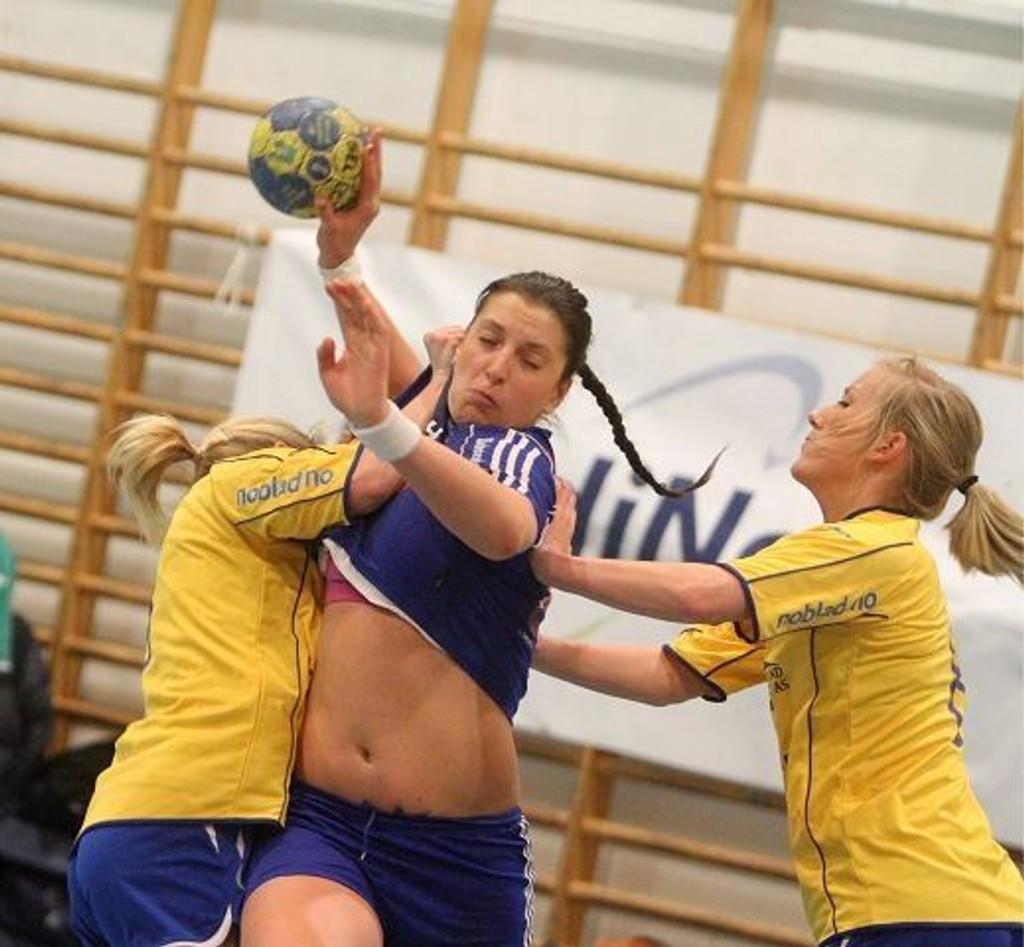 Oppsals Senka Buljan blir stoppet med alle midler av BSKs Marit Søndenå (venstre) og Sunniva Viken - og Buljan fikk frikast.