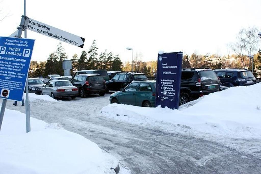 Kommer du til legesenteret eller bo- og rehabiliteringssenteret på Kantarellen med bil, er det ikke lett å få parkert.