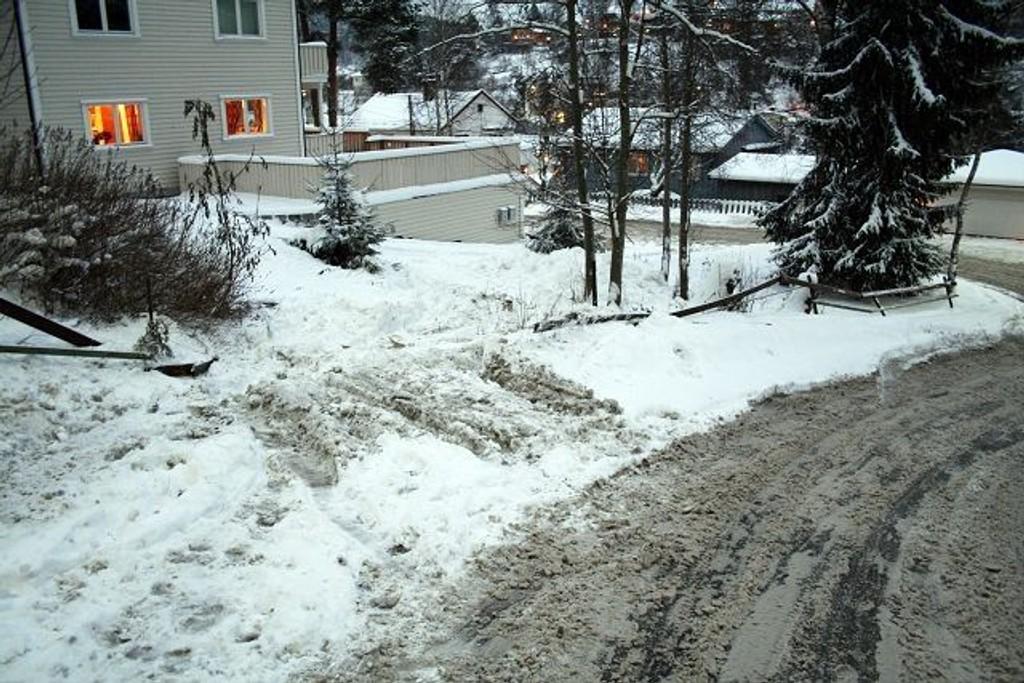 Flaks at ingen fotgjenger var i veien, da en bil med fart høyere enn 30 km/t, kjørte igjennom gjerdet og inn på privat eiendom. Bilen ble raskt fjernet, sier nabo Kristian Gøbel i Munkerdukleiva.