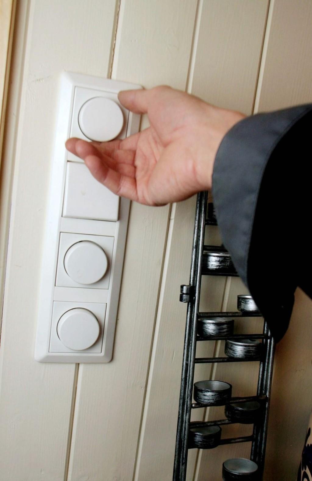Skru av lys, demp lys og vær generelt bevisst på lysbruken. Ifølge Enova kan man i en gjennomsnittlig bolig skjære ned på utgiftene til belysning med rundt 2000 kroner i året.