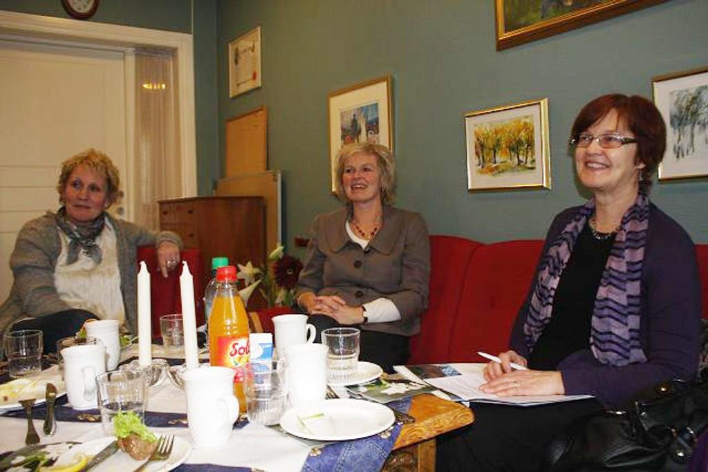 Varaordfører Aud Kvalbein (til høyre) fikk orientering om ståa på Ensjøtunet servicesenter av daglig leder Heidi Milde og Solfrid Slettholm, avdelingsleder ved Omsorg Pluss.