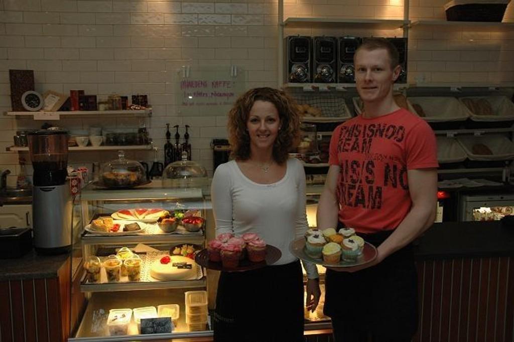 Inger Johanne Heggedal og Aleksander baker hele dagen for å holde bakeriet fullt av godsaker.