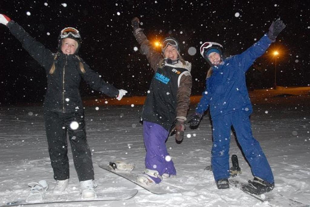 Amanda Jean (12) t.v og Carina Arstad Egeberg sammen med instruktør Stine Johansen.