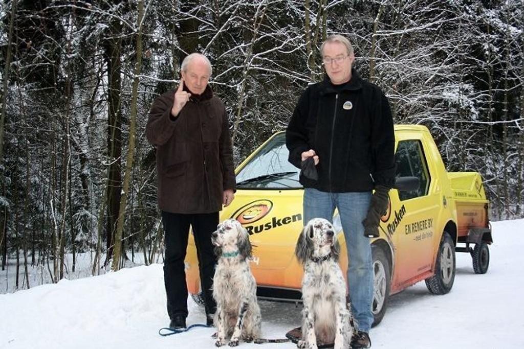 Jan Hauger, Knut Albeck og de engelse setterne Bekkensetra Tiny og Bekkensetra Bølla, håper hundeiere blir flinkere til å plukke opp etter dyrene sine.
