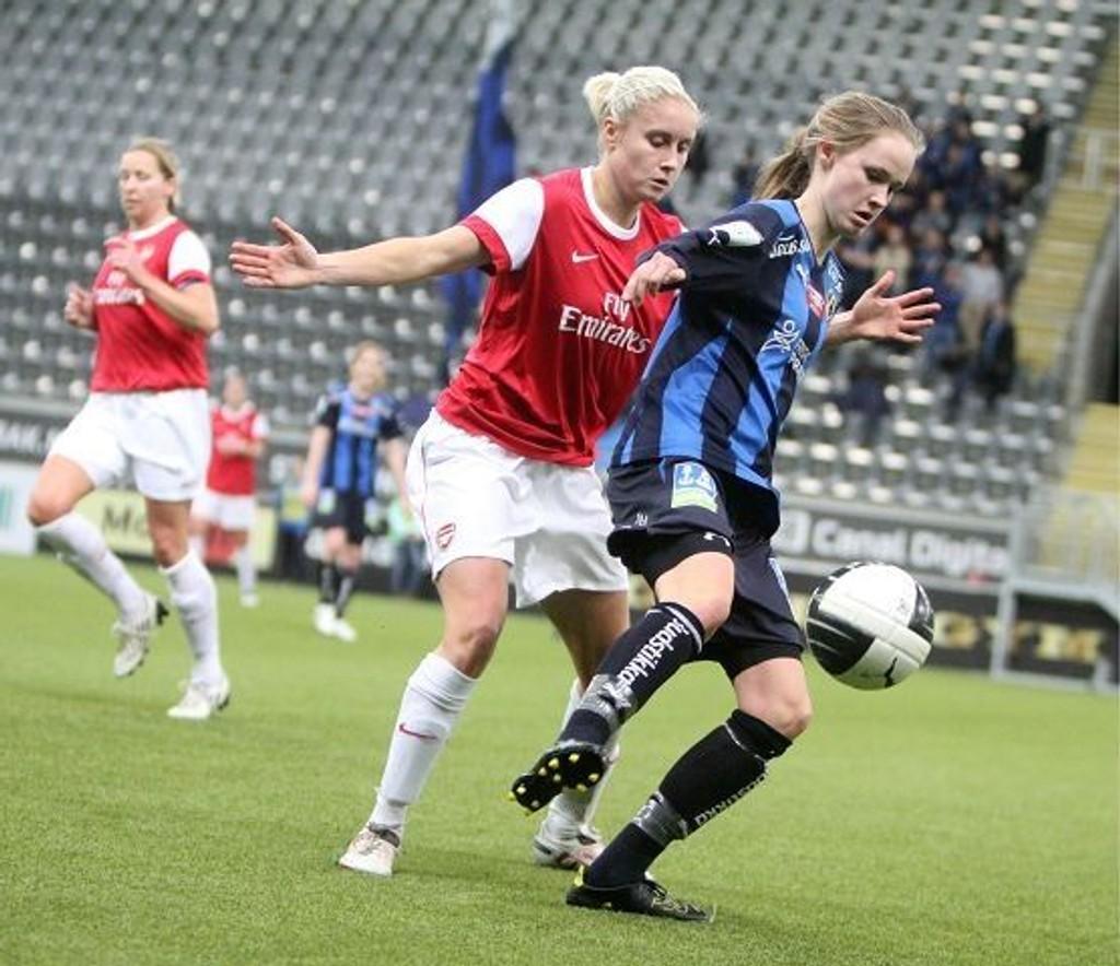 Caroline Graham Hansen holder Arsenals venstreback Stephanie Houghton på avstand.