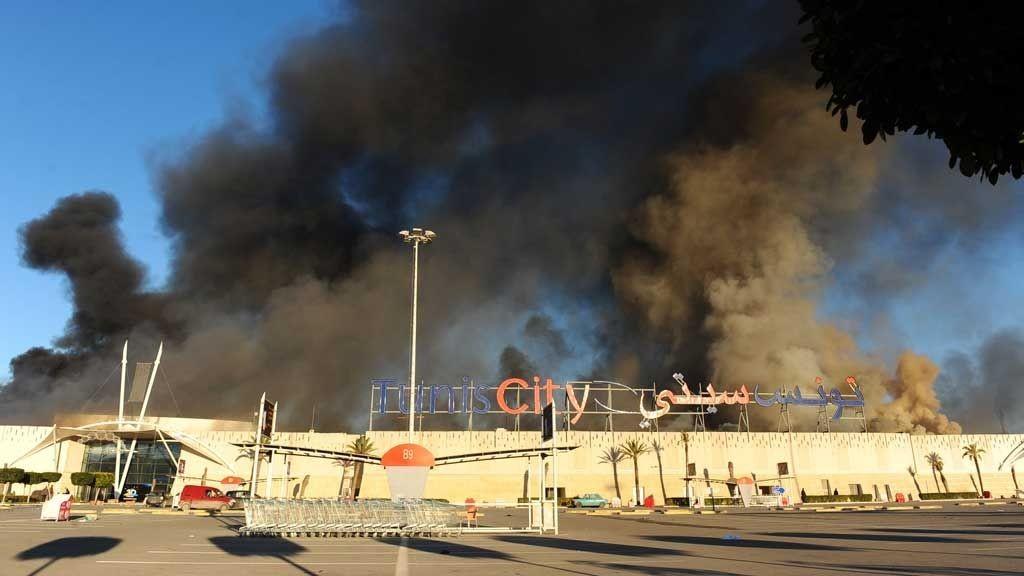 RØYKFULLT: Tirsdag var det nye protester i Tunisia.