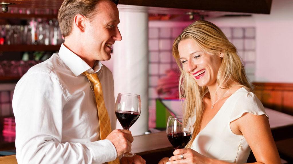 DATINGUNDERSØKELSE: 37 % foretrekker at den første daten finner sted på en bar. (Foto:Thinkstock.com)
