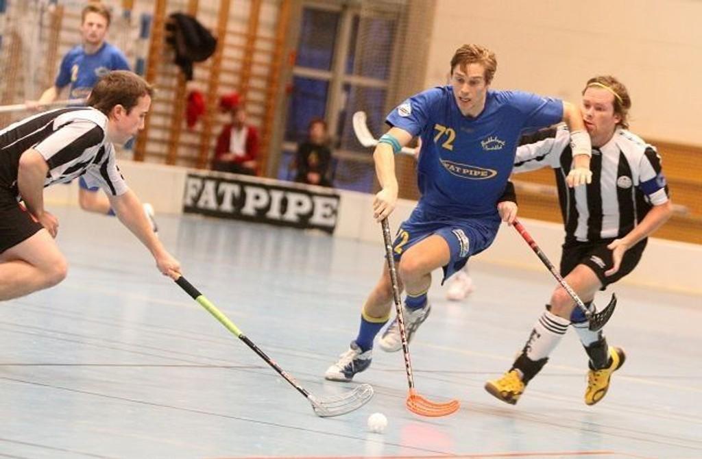 Stian Thorsen er god med ballen, og her drar han seg forbi Sagenes kaptein Christer Pedersen (bak).