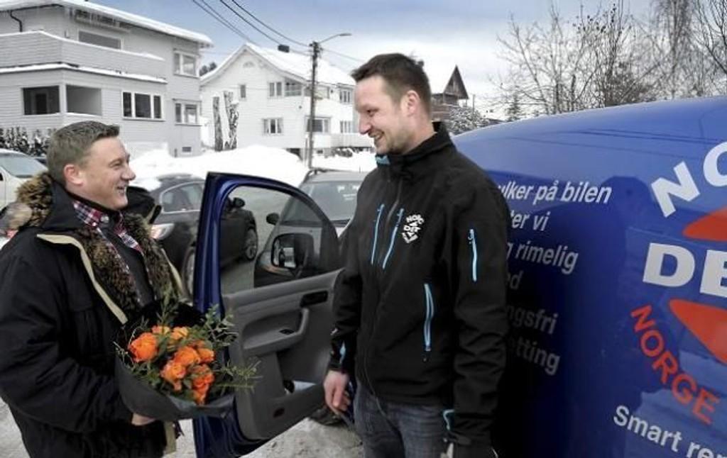 Arnulf Hagen (t.v.) fant den stjålne bilen til Reidar Aune etter å ha lest en statusoppdatering til en venninne på Facebook. I helgen vanket det takk og blomster fra en lykkelig bileier som var redd bilen var tapt.