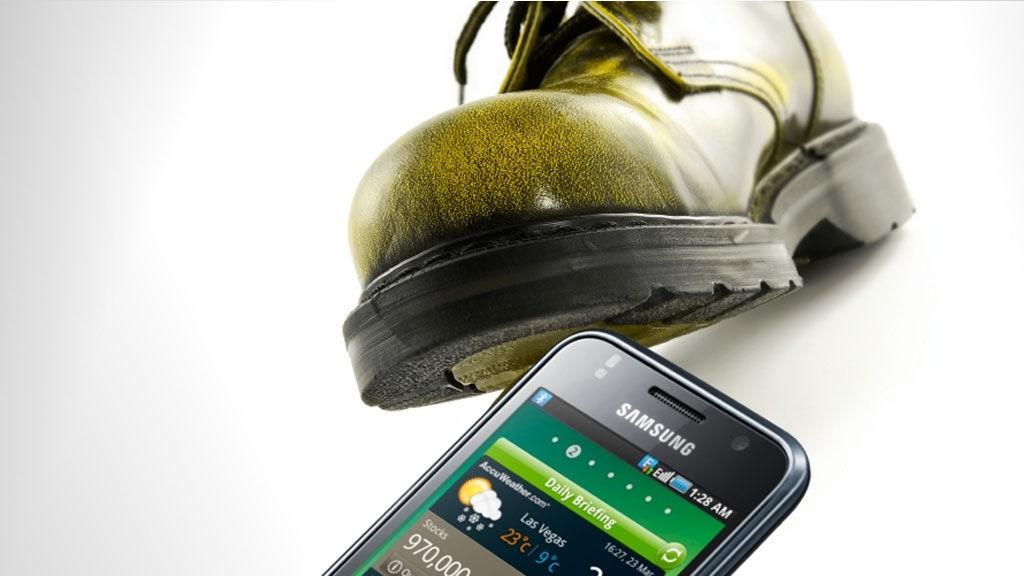 Samsungs kritikerroste mobil Galaxy S blir trampet på av Apple og Sony Ericsson på salgslistene.