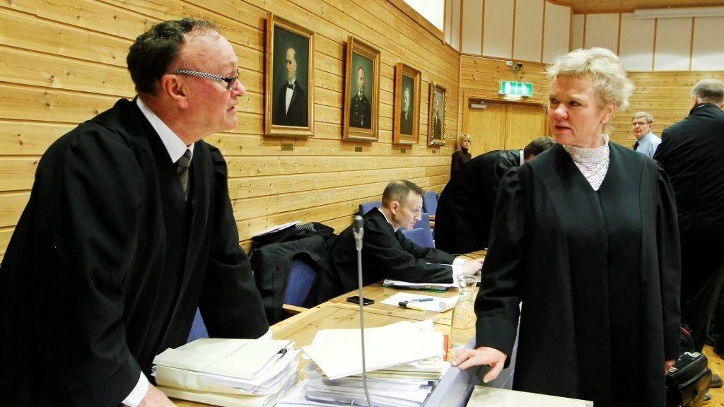 Advokat for hovedtiltalte i saken, Sverre Næss, her i samtale med bistandsadvokat Hanne Kristine Bohinen.