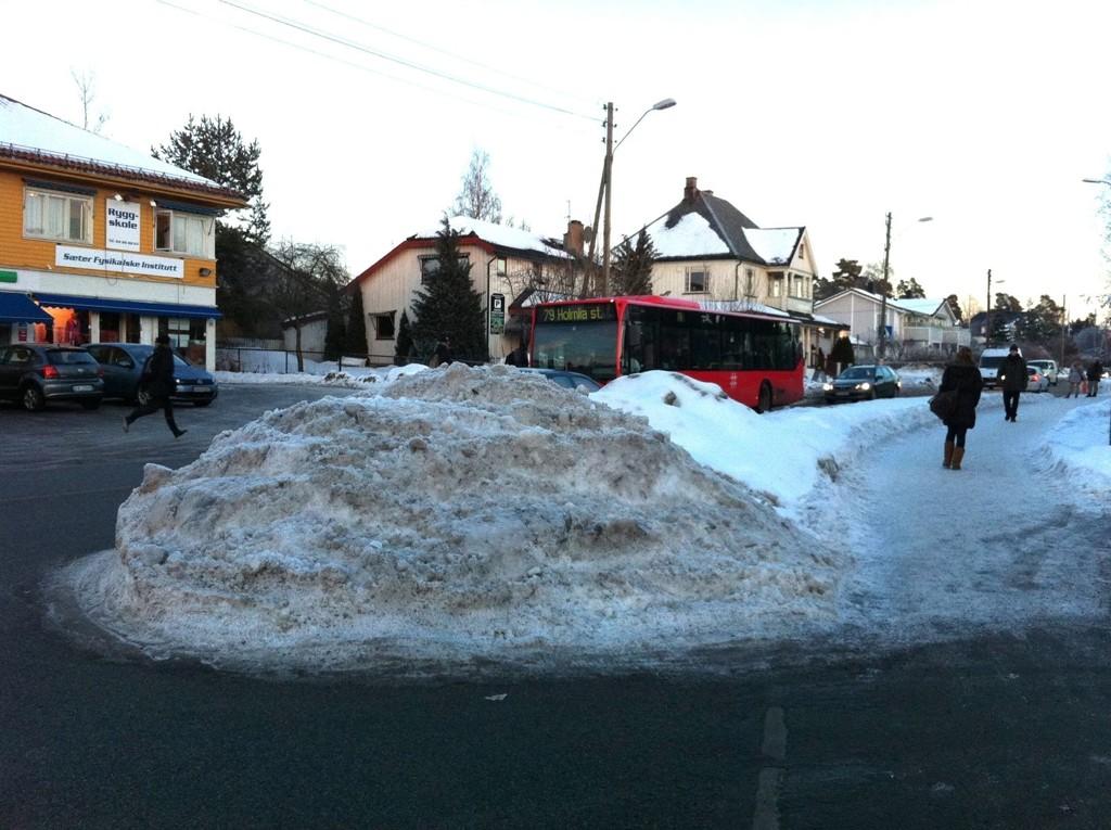 En stor, hard snøhaug ligger ved innkjøringen til postkontoret og banken i Nordstrandveien.