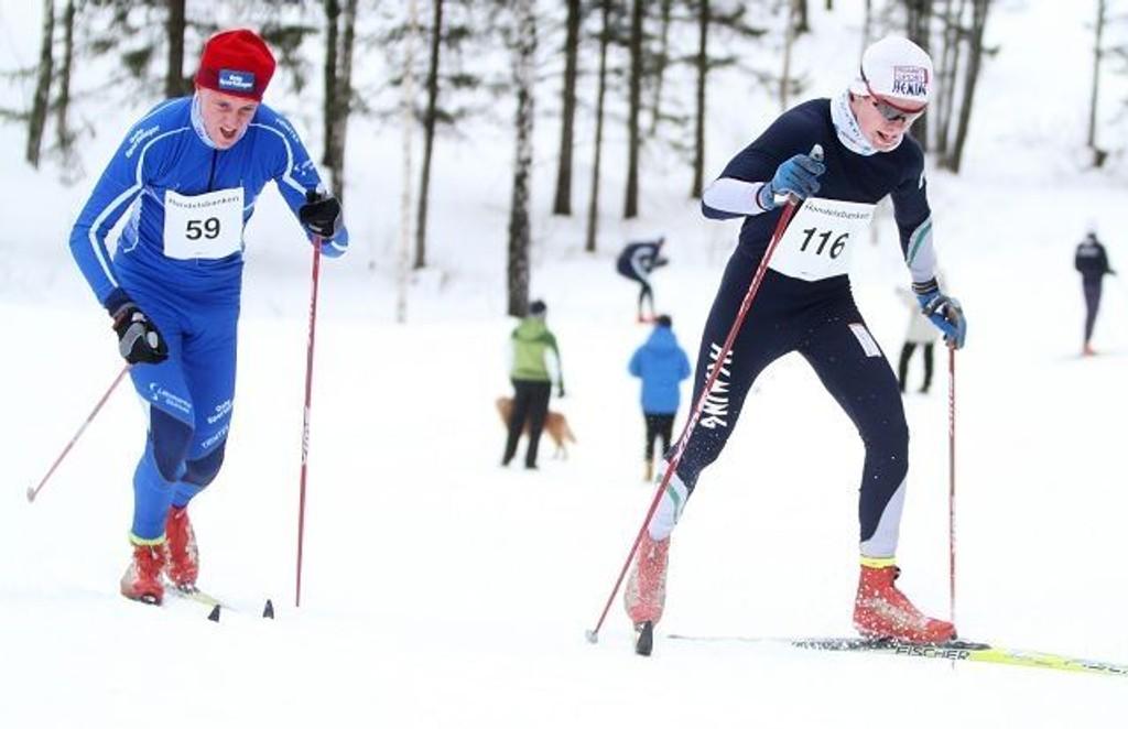 Hemings Lars Falsen Habostad (høyre) kom på pallen i både klassisk og fristil. Her passerer han Kristoffer Eriksen Nylund (Lillomarka) i en tøff oppoverbakke.