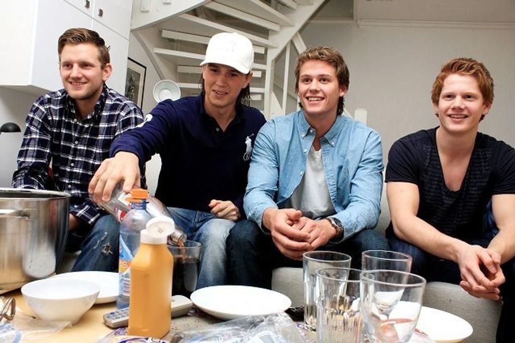 BSK/NIF-profilene Jakob Heian Ringdal, Jørn Brentebråten, Simen Strømberg og Anders Tverdal i godt lag på Nordstrand. Kvartetten var samlet mandag kveld for å følge oppgjøret mellom Norge og Frankrike i håndball-VM.