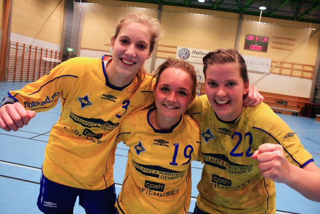 BSK-jentene Kristine Breistøl, Martine Blomqvist og Rikke Alræk hadde god grunn til å juble etter festforestillingen onsdag kveld.