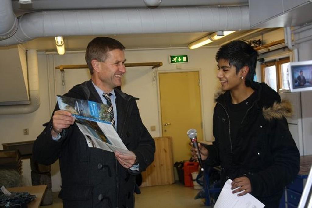 Elevene på Sollerudstranda imponerte Miljø- og utviklingsminister Erik Solheim. Her blir han intervjuet av Abid Hussain.