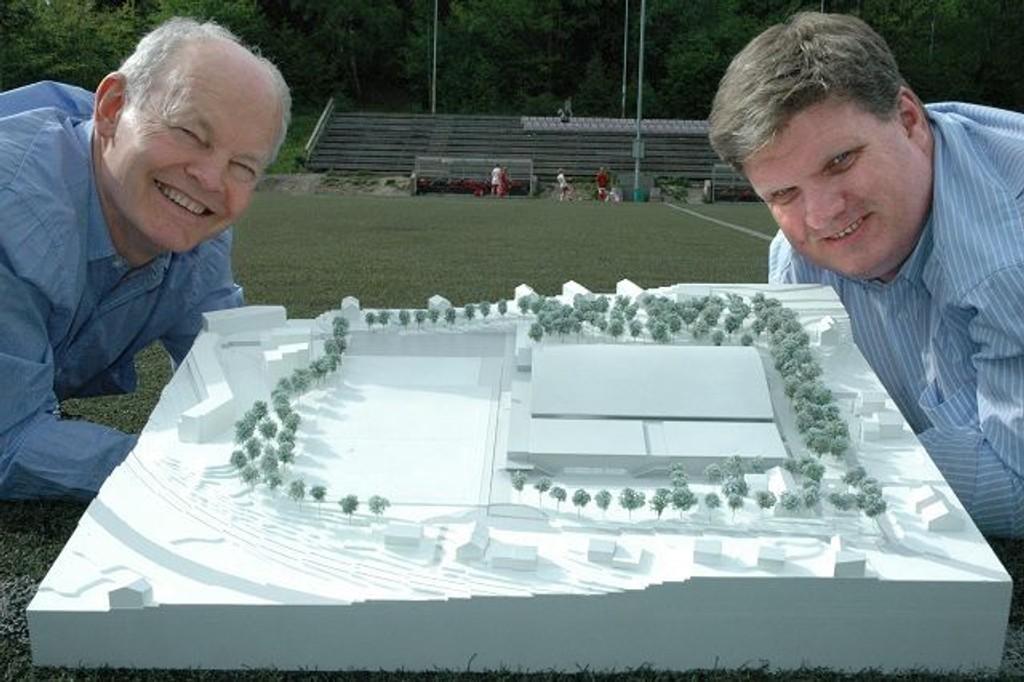 Ved å senke flerbrukshallene (i forkant på modellen) vil man kunne anlegge skole på toppen uten at prosjektet blir mer dominerende. Stein Giske (til venstre) og Frode Helland har i flere år jobbet med Ullern idrettspark.