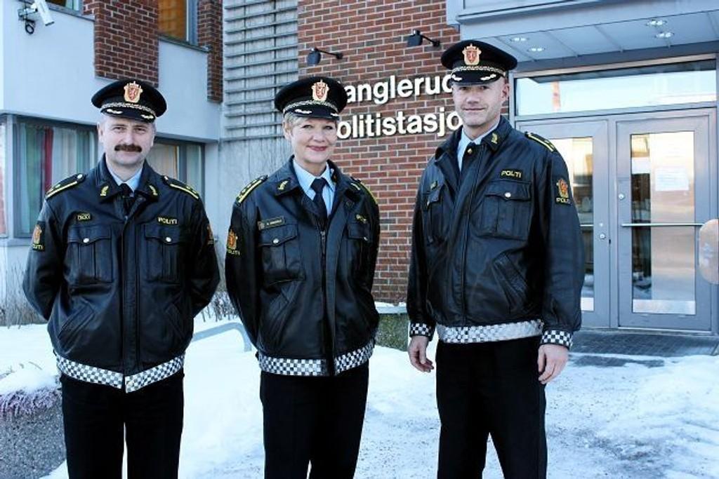 2010: Når Manglerud-politiet ser tilbake på året 2010, er de stort sett godt fornøyd. Og de takker sine menge gode hjelpere ute i bydelene for deres medvirkning. F.v. Dag Harald Drevsjø, leder av forebyggende avdeling, stasjonssjef Gro Smedsrud og Trond Vennatrø som leder etterforskningsavdelingen.