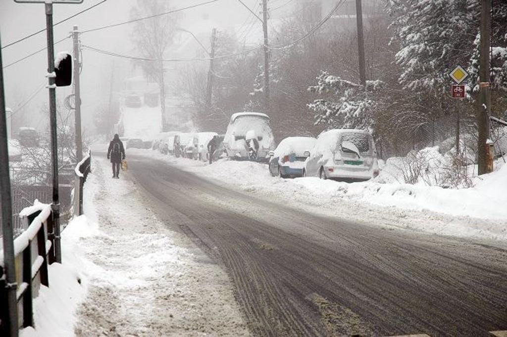Snø og gateparkering tvinger 81-bussene til å kjøre på fortauet.