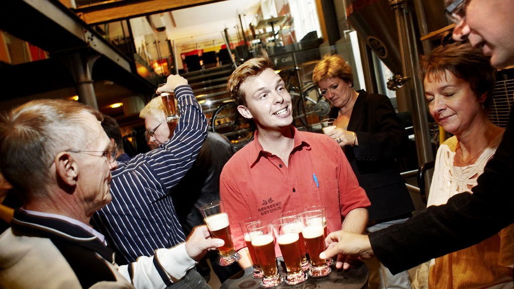 På Nørrebro Bryghus gir Sonni Bratsch grundig innføring i ølets finesser og gleder.