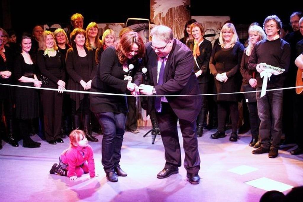 Statssekretær Heidi Sørensen og byråd Bård Folke Fredriksen samstemte om å samarbeide om snorklippen under den offisielle åpningen Kulturscenen på Årvoll gård.