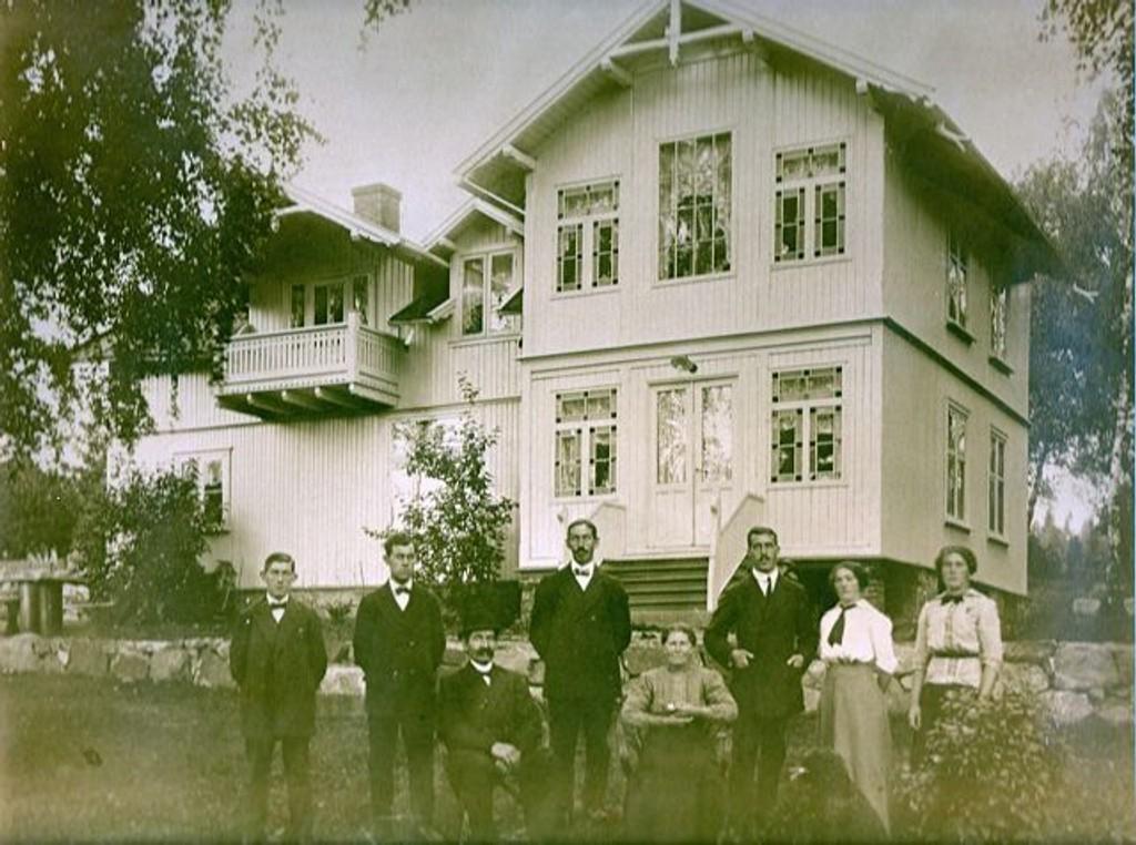 Hele familien Larsen foran hovedbygningen. Foreldrene sittende foran. Foto utlånt av Tore Hay som i dag bor her.