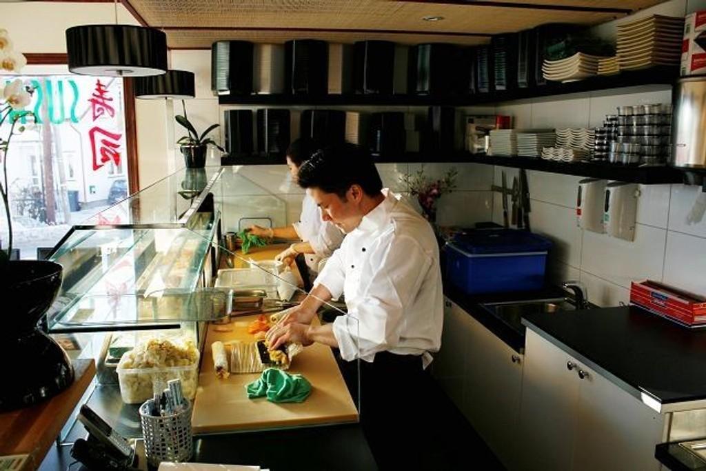 Tuan Ho ruller en av de første makirullene i de nye lokalene på Sæter.