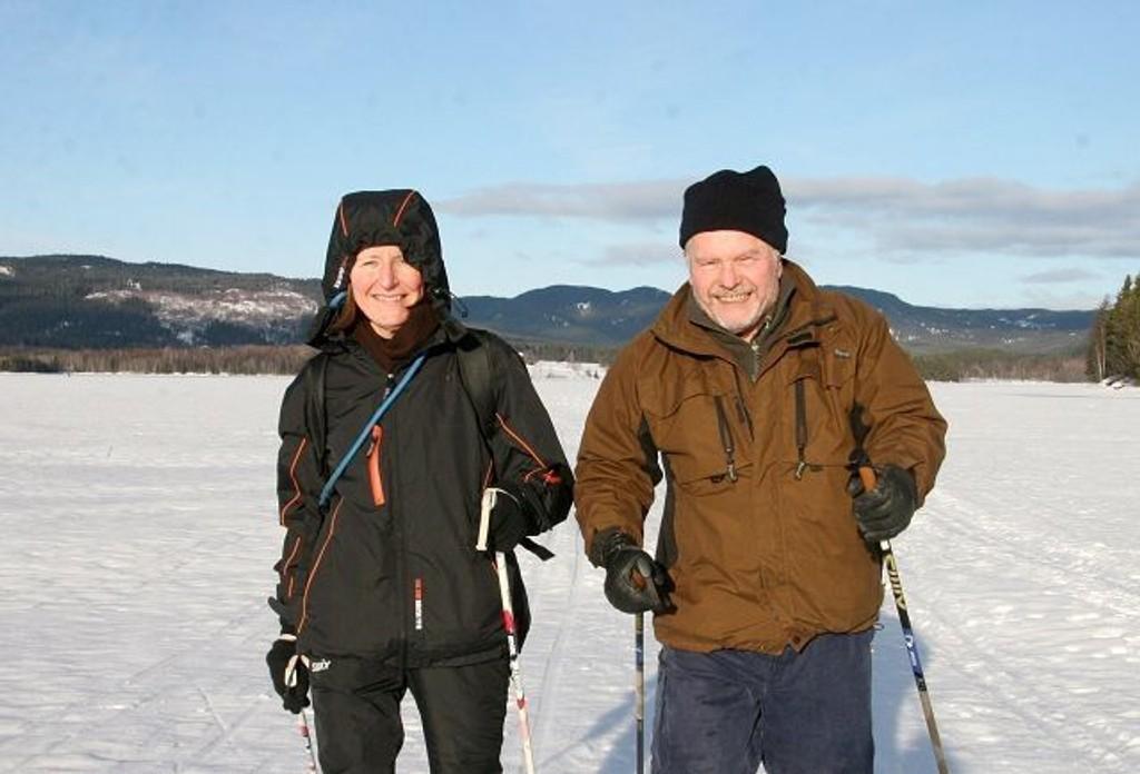 Anne og Knut Witberg fra Grefsen føler seg privilegerte. – Å kunne gå på ski over Maridalsvannet i nydelig vær, midt på tirsdagen, er å være privilegert, ifølge de ivrige skigåerne. Foto: Kristin Tufte Haga