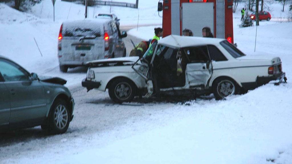 KRAFTIG SMELL: De to bilene har fått en kraftig smell i ulykken.