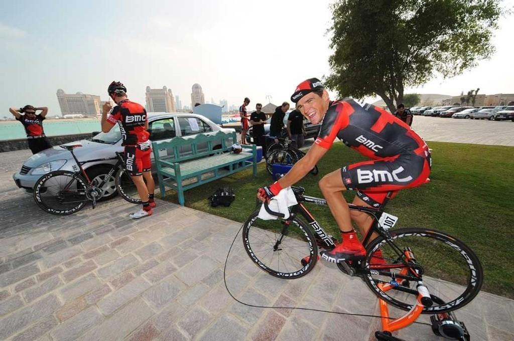 OPPVARMING: BMC Racings nye rytter, Greg Van Avermaet, sykler seg opp foran prologen i Qatar. Han ble til slutt nummer 43, 15 sekunder bak vinneren.