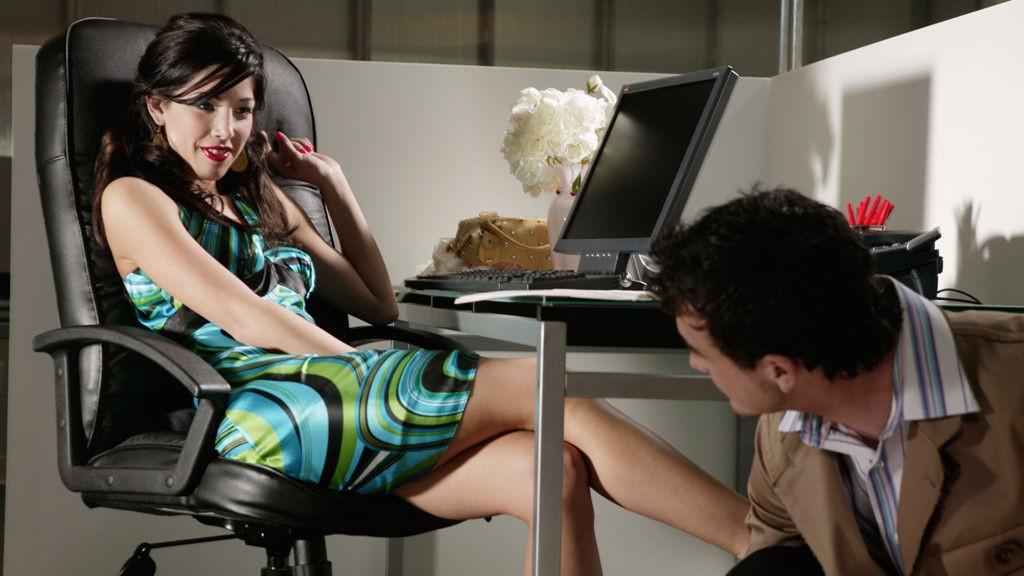 FLØRT DEG TIL DATEN: Hvis kjekkasen på kontoret ditt er opptatt, så finnes det heldigvis mange andre å velge blant... (Foto: Thinkstock.com)