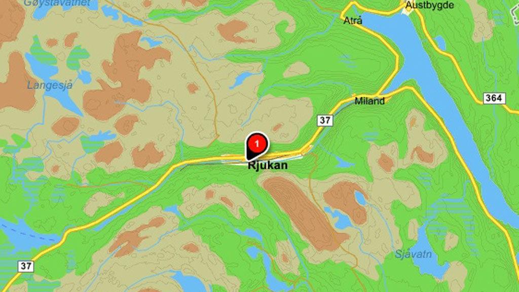 Det var i en foss like utenfor Rjukan at de to isklatrerne satt seg fast.