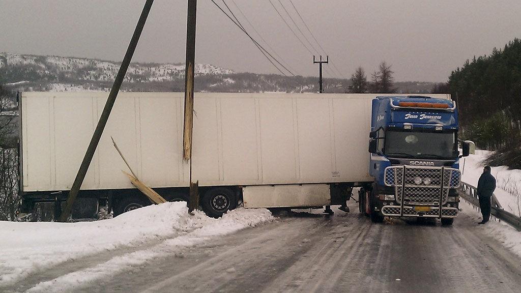 Dette danske vogntoget har ført til full stans i trafikken på fylkesvei 17 ved Åseli.