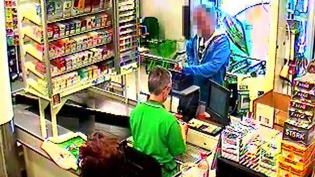 SVINDEL: Her lurer 24-åringen til seg penger med et falskt bankkort. Han rakk å svindle til seg over 170.000 kroner fra totalt 24 Kiwi-butikker før han ble stoppet.