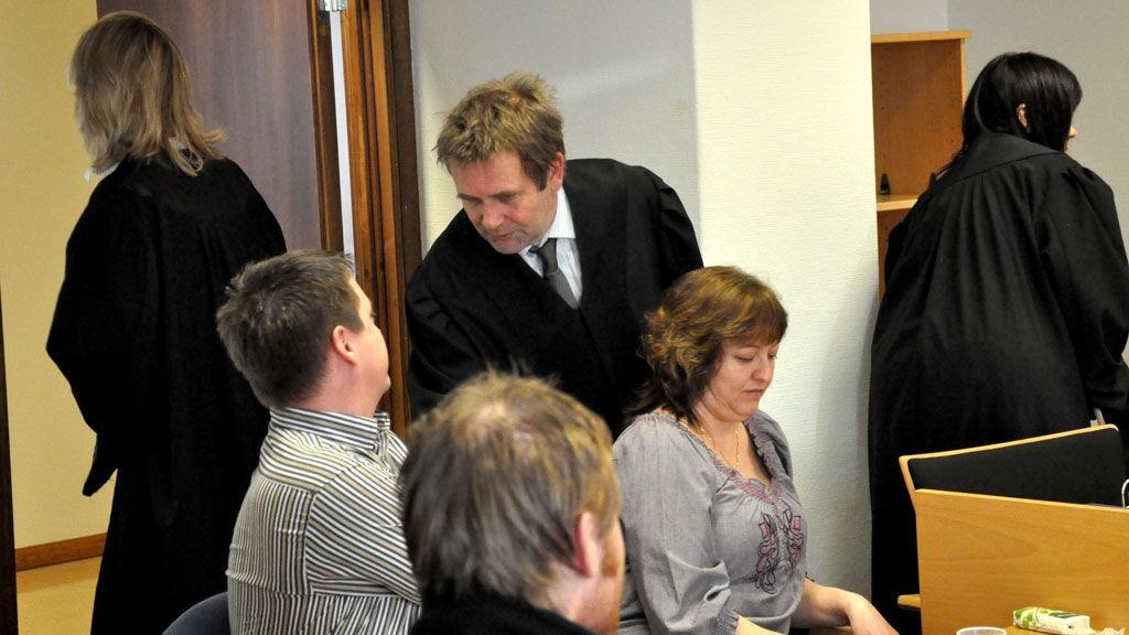 Knut Lerum, forsvarer for den 18 år gammel tiltalte mannen i saken, hilser her på Svein Hetland og Karin Idsal som er den avdøde jentas foreldre. Begge foreldrene mener de tiltalte i saken kunne ha tatt kontakt med dem i stedet for å bistå datteren med å ta livet av seg.