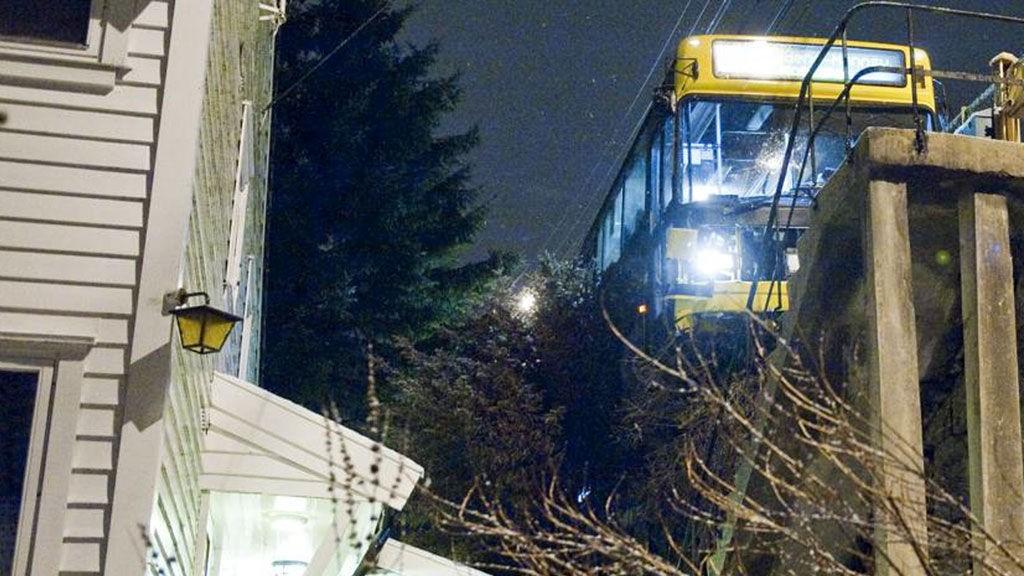 31-bussen hang på kanten av Sollien og truet med å skli utenfor kanten og lande på et bolighus.