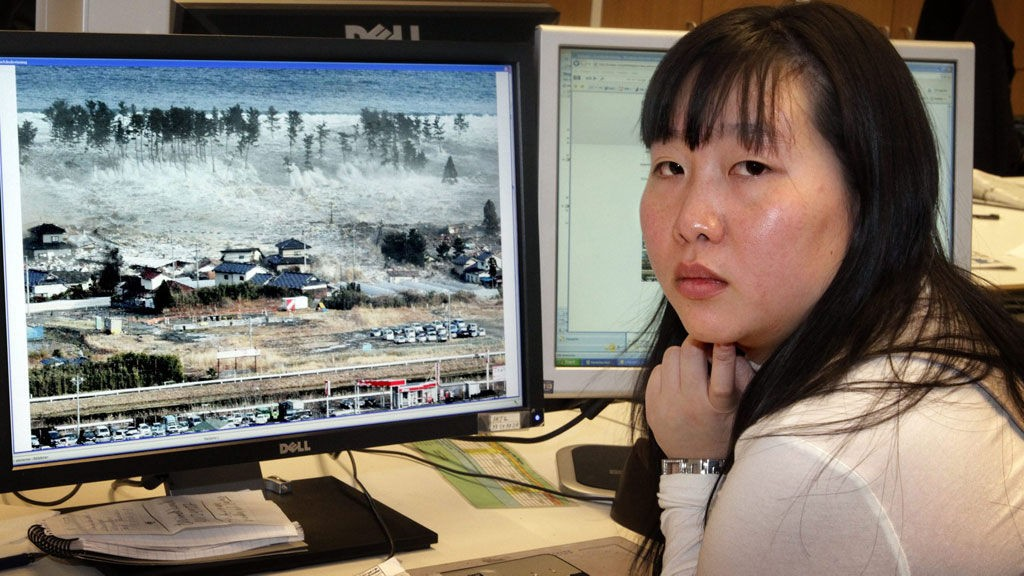 FØLGER MED: Riko (29) fra Rælingen er født i Japan med japansk far. Nå følger hun nyhetsbildet tett for å opp datere seg på katastrofen i fødelandet. Hele fredagen forsøkte hun å komme i kontakt med familie og venner i Japan uten å lykkes.