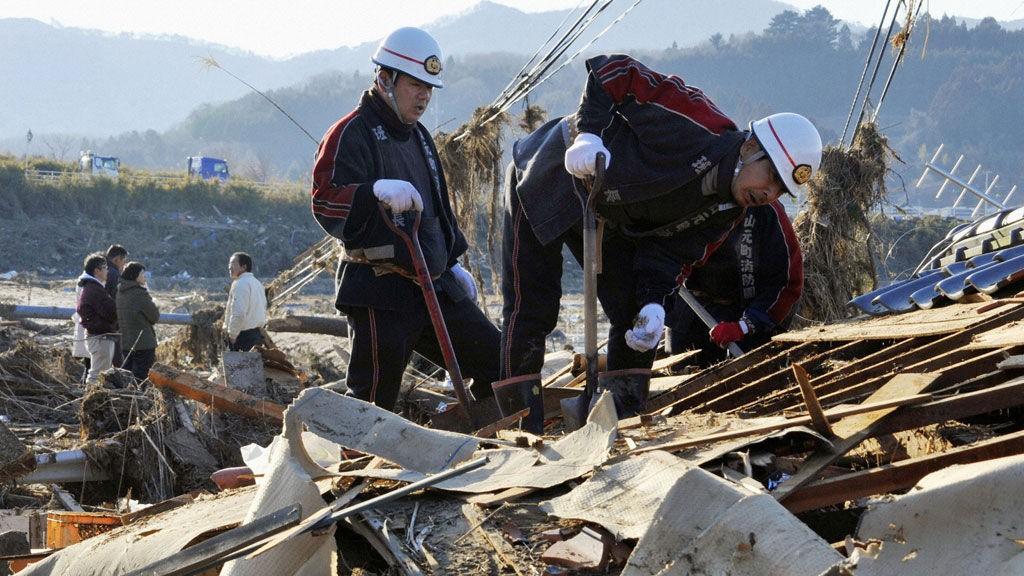 Japanske redningsmannskaper får nå hjelp fra det internasjonale samfunn.