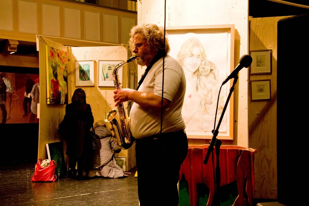 Skulptør Bjørn Sørvang Hansen med jazzfot på utstillingsåpningen fredag.