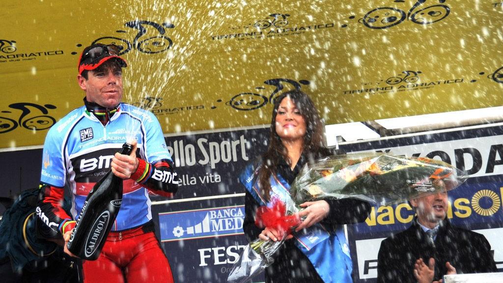 Evans feirer ledertrøya etter Tirreno-Adriaticos femte etappe (2011).