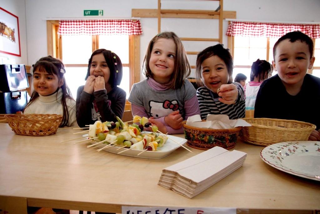 Miriam Al-Kelaby (f.v.), Leiba Ahmad, Melina Iseni, Angelika Balarina og Amir Hamish sto på for å samle inn penger til Japan da Bertram barnehage arrangerte solidaritetskafé.