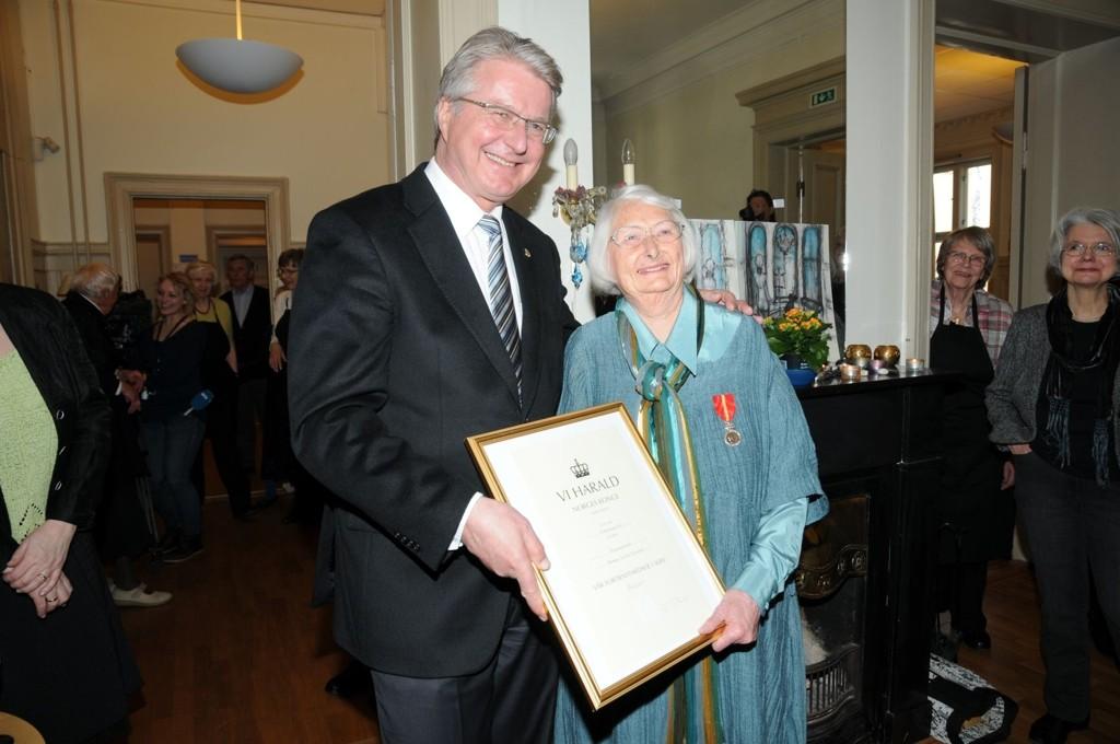 Kringsjå-kvinnen Anne Lise Thorén fikk overrakt Kongens fortjenestemedalje i sølv av ordfører Fabian Stang.